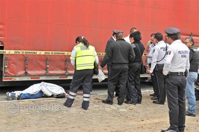 Bajo las llantas de un tráiler fallece motociclista en la México-Puebla