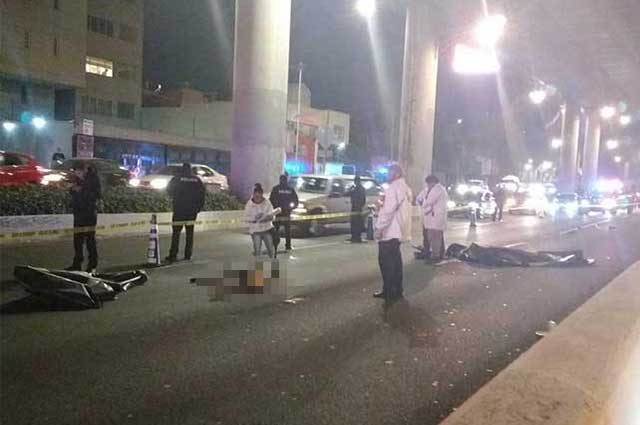 Dos motociclistas caen del segundo piso del periférico y mueren