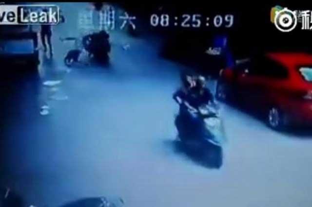 Motociclista es aplastado por hombre que intentaba suicidarse
