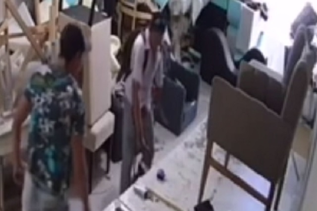 Graban robo a fábrica de muebles en Camino al Batán