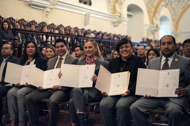 Entrega rector Esparza Ortiz definitividades a 172 docentes