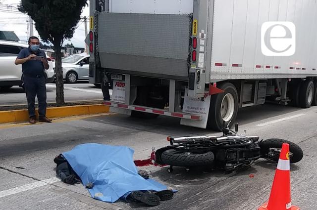 Muere motociclista al derrapar frente a Galerías Serdán