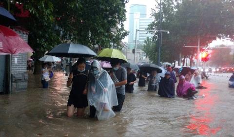 Mueren 25 tras inundaciones en China
