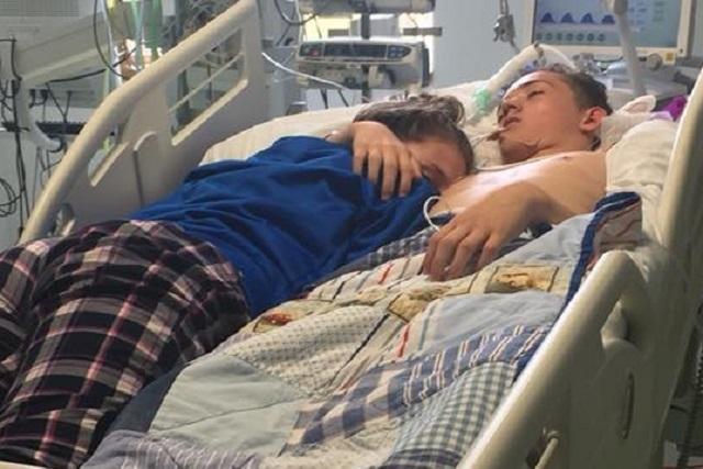 Foto muestra dolor de chica que dice adiós a su novio en hospital