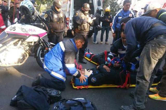 Una mujer que conducía un Ford Focus atropella a 2 policías capitalinos
