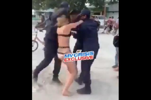 Video: Varios hombres detienen a mujer por pasear en bikini Islas Maldivas