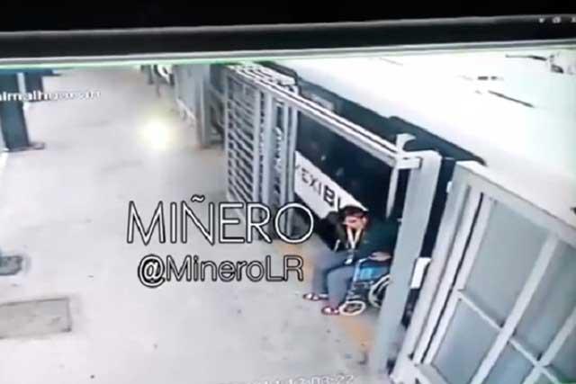 ¡Milagro!: Mujer en silla de ruedas es arrastrada por Mexibus y… camina
