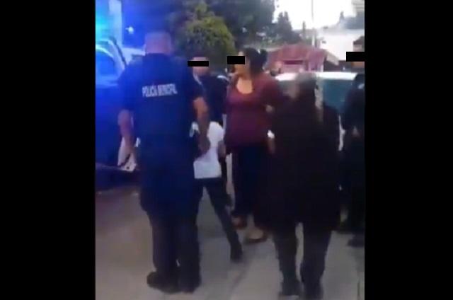 Video: Policías detienen a mujer con cáncer por vender nieves en la calle