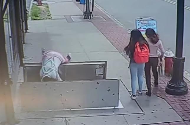 Mujer sufre terrible accidente por mirar el celular mientras camina