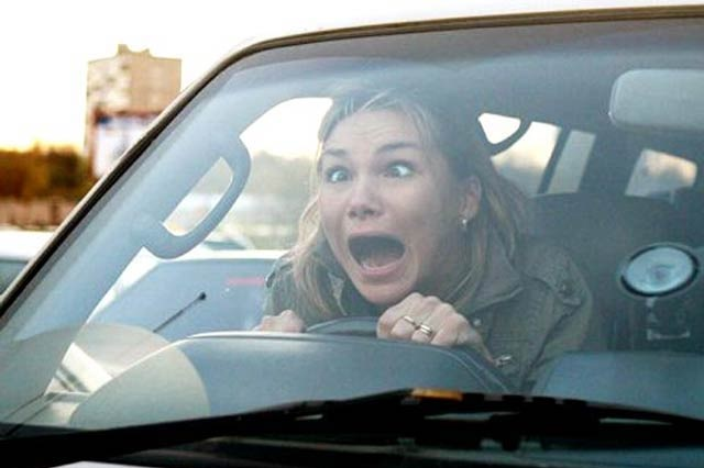 Joven olvida a su novia en auto y ella pasa encerrada seis horas