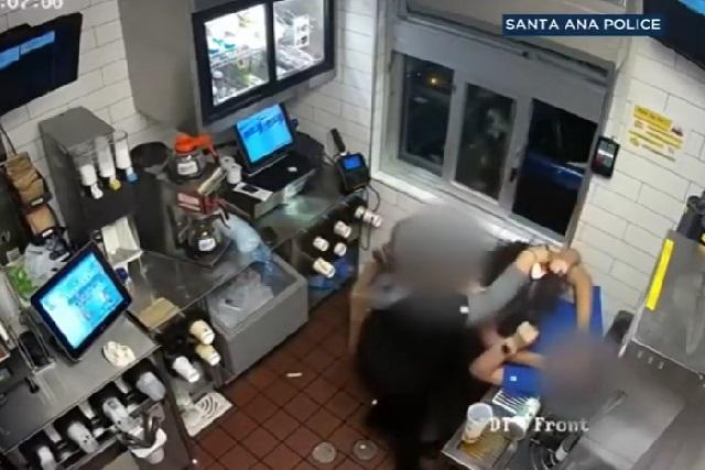 Mujer golpea a empleada que le dio poca cátsup