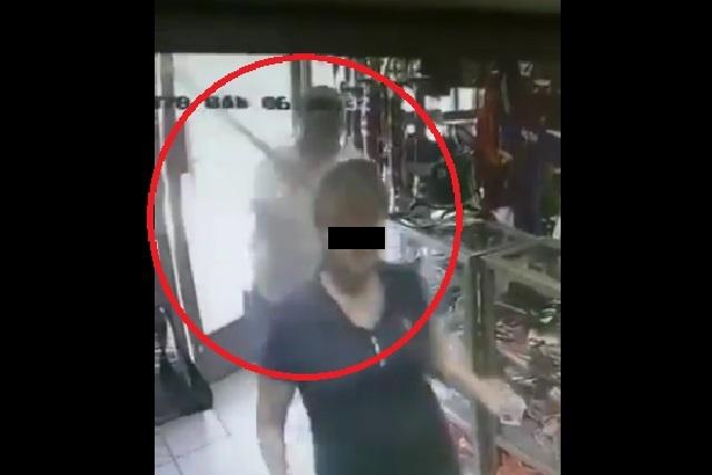 VIDEO: Sujeto golpea con bat en la cabeza a una mujer en asalto