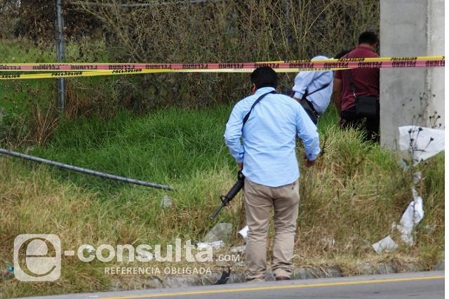 Hallan el cuerpo de una mujer junto a la carretera en Acatzingo