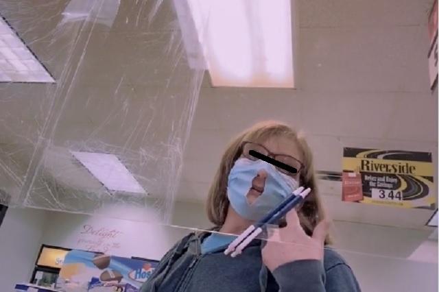 Viralizan a mujer que cortó su cobreboca para 'respirar mejor'