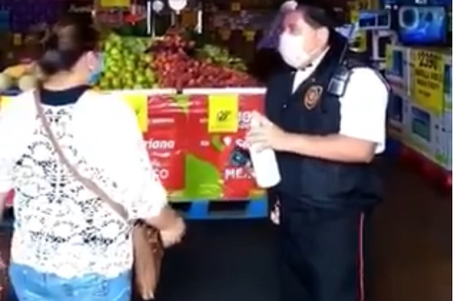 Confronta mujer a guardia por usar termómetro infrarrojo