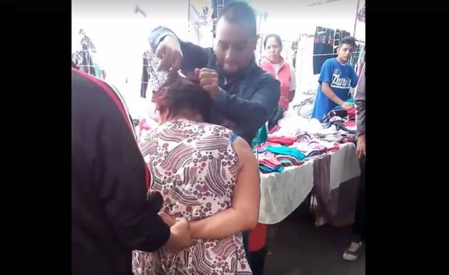 Tres sujetos golpean y trasquilan a una mujer en un tianguis