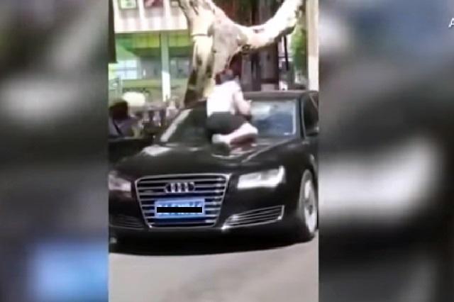 Mujer atrapa a su esposo con presunta amante y arma tremendo escándalo