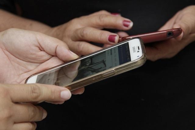 Mujer va a la cárcel por revisar el celular de su marido
