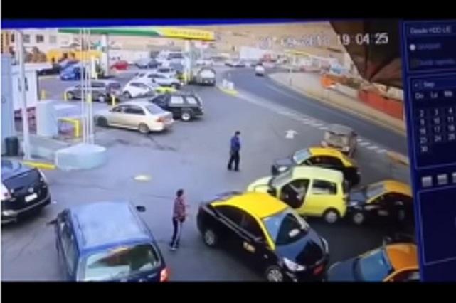 Mujer choca 4 veces en menos de 1 minuto y huye en microbús