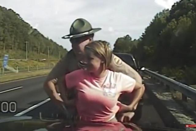 Policía pide a mujer se levante blusa y ella dice que le tocó partes íntimas