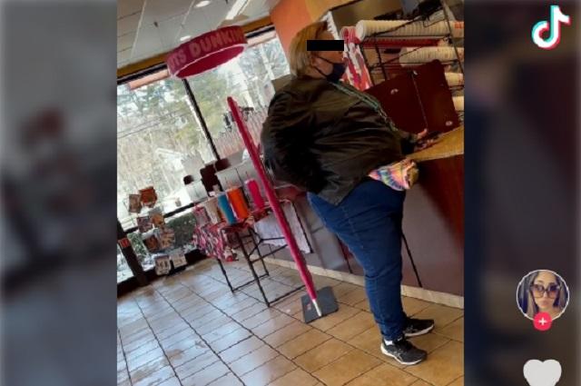 Video viral: Mujer compra una docena de donas y exige le den 50 piezas