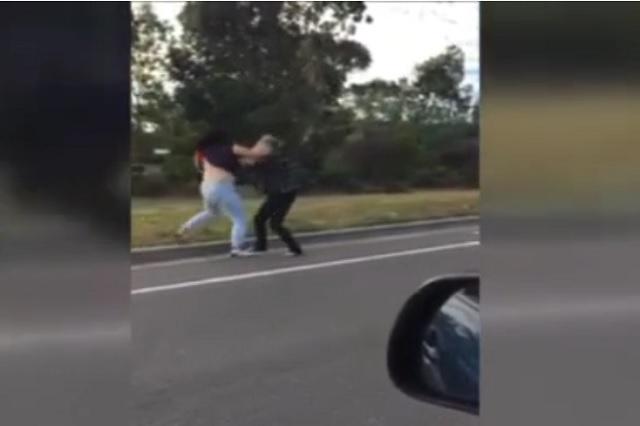 Testigo graba video de mujeres que pelean en la carretera