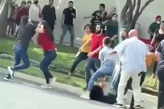 Mujeres pelean por un lugar para entrar a tienda departamental