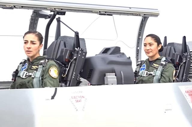 Tripulación femenina vuela avión en desfile militar