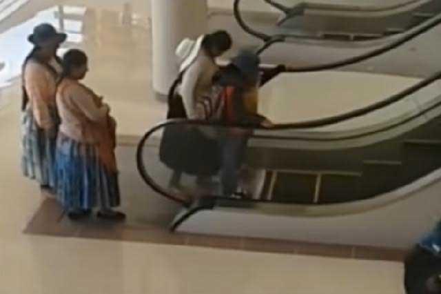 Indignan video en donde se burlan de indígenas en escaleras eléctricas