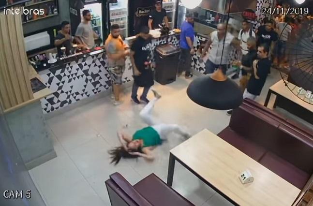 VIDEO: Hombres empujan y golpean a una mujer en un bar de Brasil
