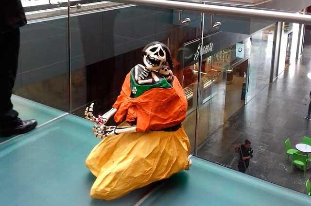 Indigna figura de una mujer indígena en centro comercial y acusan racismo
