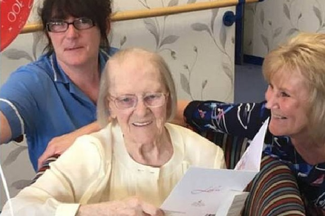 Mujer de 100 años revela su secreto para tener larga vida