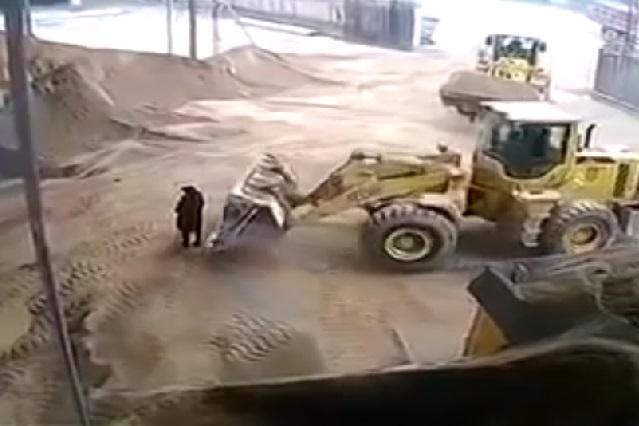 Máquina excavadora atrapa a mujer y su muerte es de terror