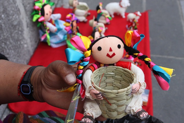 Mujer vende muñecas en Puebla pero sus ventas caen por pandemia