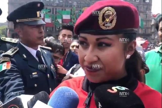 Ella es la primera mujer paracaidista en desfile de 16 de septiembre