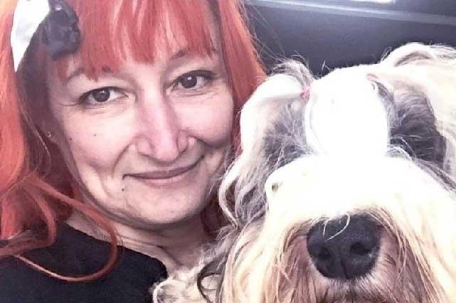 Mujer no encontró al hombre perfecto y se casó con su perro