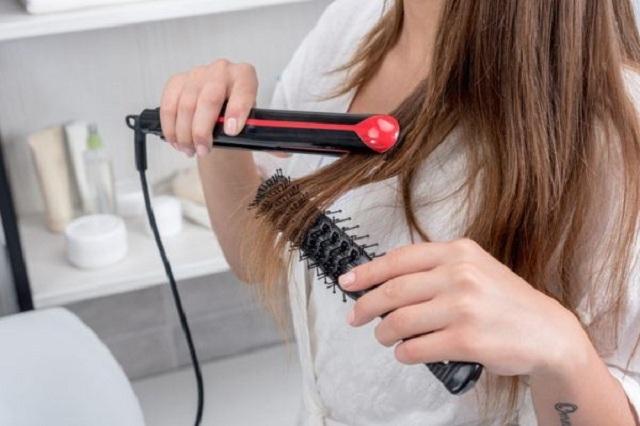 Mujer tiene trágico final por plancharse su cabello mojado y descalza