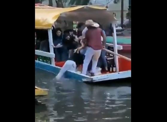 Video: Mujer es rescatada tras caer de trajinera en Xochimilco
