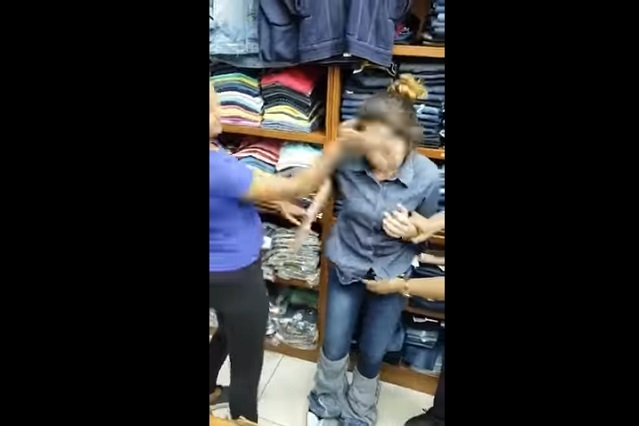 Golpean y exhiben a mujer que intentaba robarse jeans de negocio
