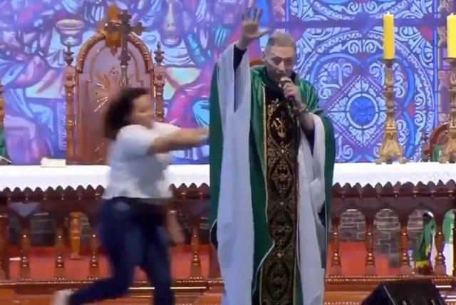 Mujer irrumpe en una misa y de un empujón derriba al sacerdote