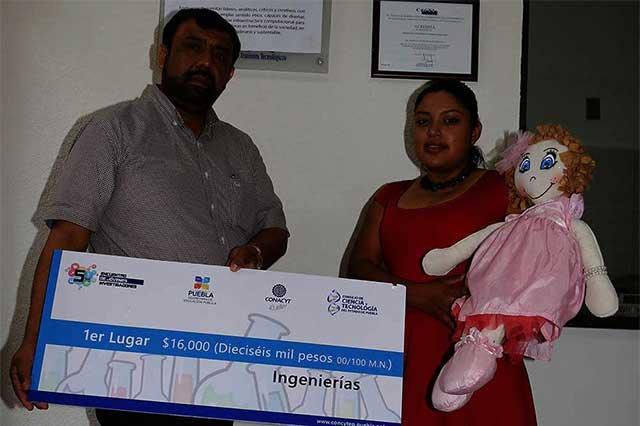 Alumna de Tehuacán crea muñeca que detecta casos de bullying