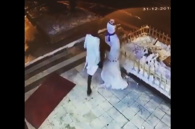Karma invernal: Mujer destruye muñeco de nieve y recibe castigo