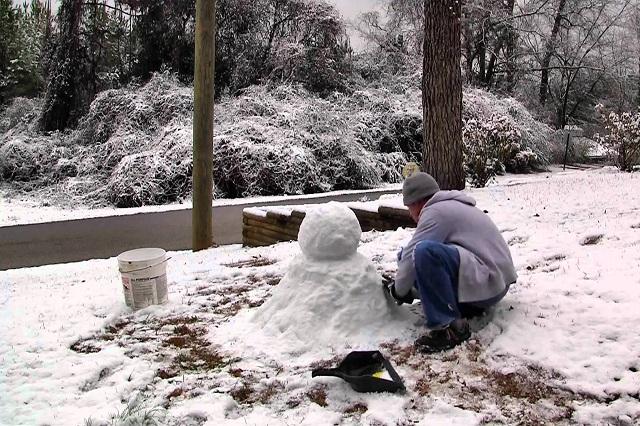Hombre pone muñeco de nieve en la tumba de su madre y foto es viral
