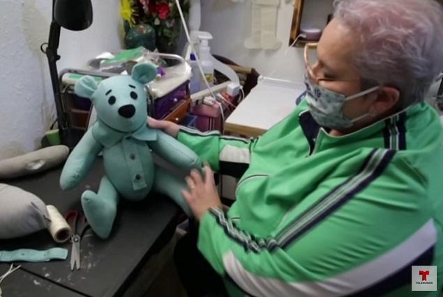 Mujer hace osos con ropa de victimas del covid-19 para familiares