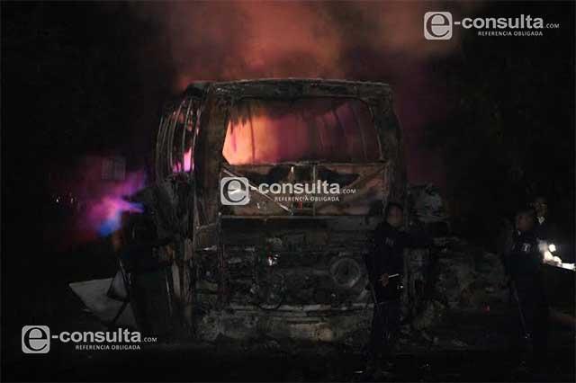Mueren 20 pasajeros calcinados tras choque en la Sierra Norte