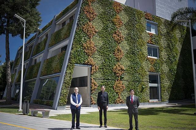 Esparza Ortiz inaugura Muro Verde en la Facultad de Ciencias Biológicas