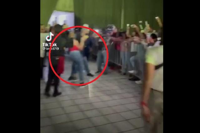 Guardia de seguridad empuja a chica que quería foto con los Dos Carnales