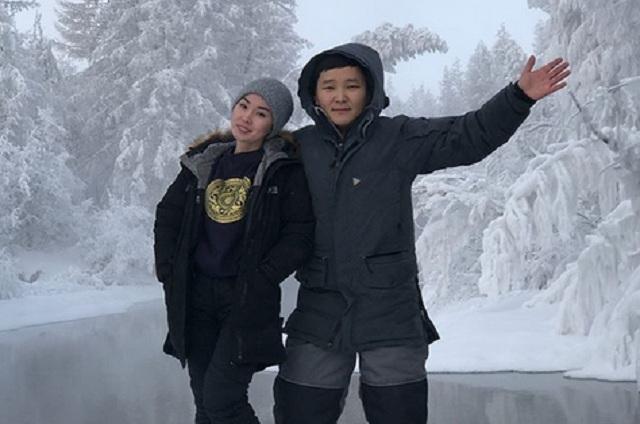 VIDEO Dos mujeres y un hombre se meten al río a temperaturas bajo cero