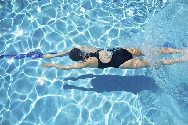 ¿De verdad es peligroso nadar después de haber comido?