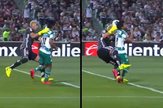 Video: Nahuel Guzmán pierde la cabeza y patea por la espalda a jugador de Santos